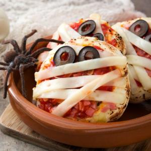 Découvrez comment réaliser cette recette qui vous permettra de réaliser des minis pizzas  en forme de momies à croquer. Une recette délicieuse et simple à faire.
