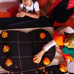 Voici le morpion géant d'halloween ! Un Tic Tac Toe grandeur nature pour animer un goûter d'enfants sur le thème d'Halloween.