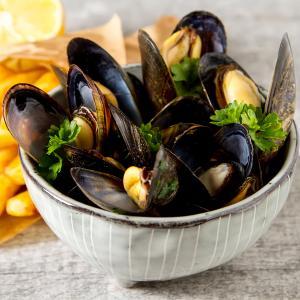 La recette la plus traditionnelle pour cuire les moules : les moules à la marinière. La recette est facile et simple à faire, la recette légère et pourtant goûteuse fait des moules mariniere