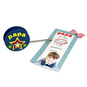 Un cadeau original pour les papas et les mamans bricoleurs à offrir pour la Fête des pères ou la Fête des mère ou même à Noël. La mètre ruban à fabriquer est accompagné d'une jolie carte avec une photo.
