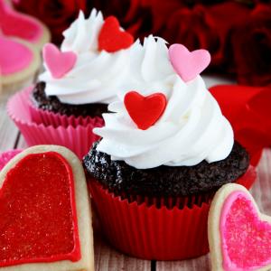 Retrouvez la recette du muffins au chocolat noir pour la Saint Valentin à faire en famille pour cette fête qui concerne toutes les personnes qui s'aiment. C'est la fête de l'amour et ces muffins au chocolat noir avec des petits coeurs seront parfaits !