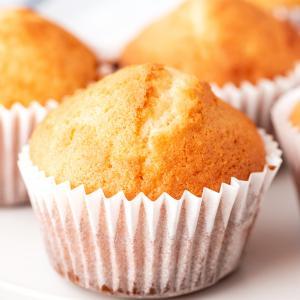 Les muffins américains sont généralement beaucoup plus sucrés que ses cousins britaniques, mais la recette de base des muffins ne varie par beaucoup d'un côté de l'océan &agra