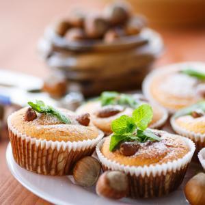 Recette traditionnelle de muffins aux noisettes. Une recette rapide et facile à faire pour un goûter gourmand à savourer en famille ou entre amis. Les noisettes sont utilisées entières .