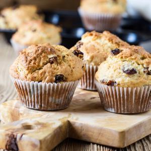 Recette des muffins, ces petits cakes américains parfaits pour les goûters ou les brunchs. Voici la recette pour des muffins aux raisins secs.