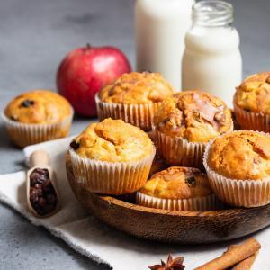 De la farine, des oeufs, du beurre, du bon sucre, des pommes et des raisins sont les principaux ingrédients de ces muffins pomme raisin. Les enfants adorent les muffins déclinés sous toutes les formes.  Une recette de muff