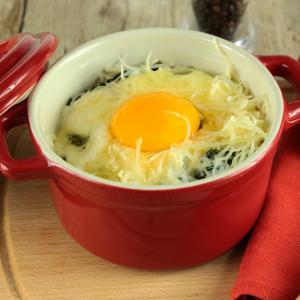 Les oeufs à la parisienne est une recette classique pour accommoder les oeufs cuits en cocotte.