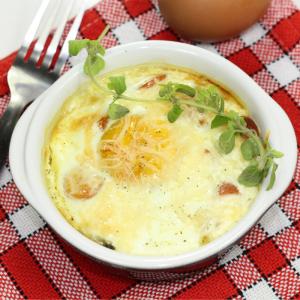 Les oeufs en cocotte sont des oeufs cuits au four dans des petits ramequins individuels. Les enfants peuvent facilement participer à la préparation des œufs cocotte. Une recette pour cuisiner autrement les œufs.