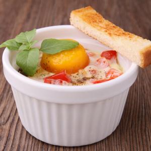 Une recette d'oeuf cocotte au saumon fumé pour changer. Le curry et le safran apportent une pointe d'exotisme et de dépaysement.