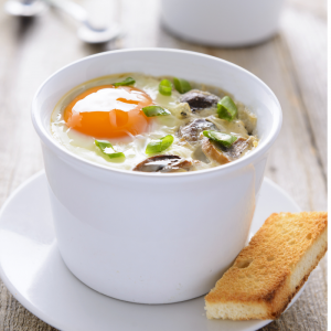 Recette des oeufs en cocotte aux champignons de Paris. Une recette de cuisine pour brunch ou déjeuner léger.