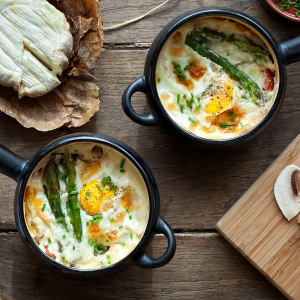 Une recette d'oeuf cocotte aux pointes d'asperges vertes. Un plat rapide, facile et complet pour les jours où on manque de temps. Recette illustrée de Tête à modeler