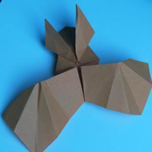 Vous cherchez un origami halloween à proposer à vos enfants pour décorer la maison ? Fantômes, chauves-souris, serpents et tête de mort se sont donnés rendez-vous dans notre dossier consacré aux origamis d'Halloween. vous allez pouvoir fabriquer vos guirl