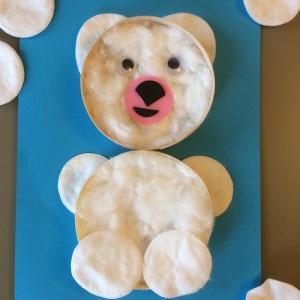 Un bricolage pour les enfants à partir de 2 ans pour réaliser un ourson polaire en boîte de camembert. Une activité de récupération économique et facile à réaliser. Cet ourson rempli d'ouate de coton, fera une jolie décoration pour la chambre des enfants