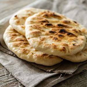 Recette du pain du désert. Il n'est pas toujours possible de cuire du pain au four. Voici une recette inspirée des pains tradtionnels du désert pour montrer à votre enfant qu'il existe différentes fa&