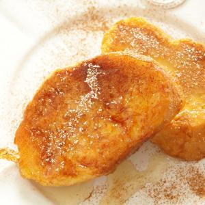 Cette recette de pain perdu caramélisé est à réserver aux palais aimants le sucre ! Le pain perdu permet de réaliser de délicieux desserts très appréciés de