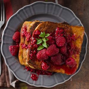 Une recette de pain perdu framboise : Cette recette de pain perdu associe le moelleux du pain perdu et l'acidité des framboises. La recette du pain perdu framboise est une recette totalement de saison à préparer pour les d