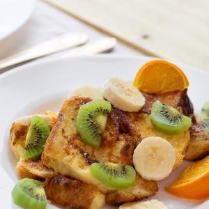 Une recette de pain perdu réalisée avec des fruits d'hiver. Une recette pour permettre aux enfants de manger des fruits en hiver. Le pain perdu aux fruits d'hiver est un dessert facile, rapide et économique.
