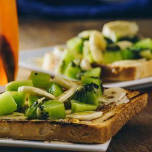 Le pain perdu fruits tropicaux peut être réalisé avec des fruits frais ou avec un mélange de fruits frais comme la banane et des fruits en boîte comme l'ananas.