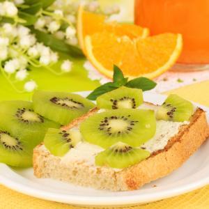 Recette du pain perdu kiwi orange à faire en automne et en hiver pour toute la famille. Un pain perdu délicieux avec des fruits frais de saison qui plaira aux petits comme aux grands. C'est une recette de pain perdu rapide à faire et aussi très facile