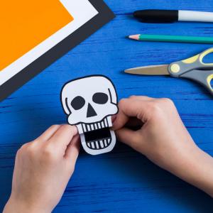Voici un tuto pour apprendre à fabriquer un paper Toy d'Halloween. Découvrez sans plus attendre notre Tête de mort à croquer pour Halloween !