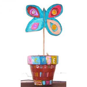 Bricolage pour réaliser un papillon de décoration en pot. Ce joli papillon en pot peut être utilisé pour la décoration de la maison ou de la table, mais il peut aussi être offert en cadeau po