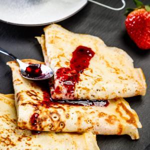 Cette recette de pâte à crêpes est une recette traditionnelle exclusivement au lait. Une recette de crêpes simple pour faire la fête à la chandeleur et au carnaval.