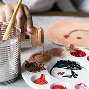 Quelle peinture pour la pâte à sel ? Cette question revient souvent lorsque nous voulons proposer une activité en pâte à sel à nos enfants. Découvrez tous nos conseils et astuces pour peindre sur de la pâte à sel.