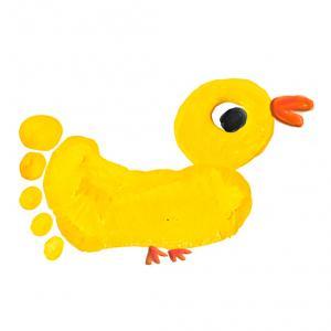 Ce poussin de Pâques est réalisé à partir de l'empreinte de pied de votre enfant ! Le pied ayant laisssé une empreinte sur la feuille il ne reste plus qu'à la transformer en gros poussin.