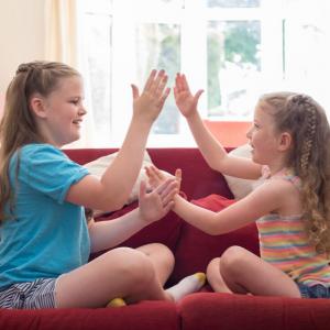 Retrouvez les paroles de la chanson « Pepito ». Le plus célèbre des jeux de mains. Les jeux de mains sont des jeux à partir de 2 joueurs où les enfants doivent coopérer et se synchroniser tout en chantant des comptines dynamiques. Ils développent leur mot