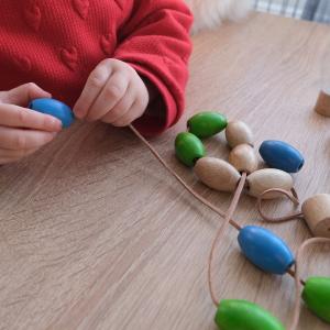 Billes de laçage sont un parfait jeu d'enfilage parfois difficile à maîtriser pour votre bébé. Les billes d'enfilage sont adaptées et parfaites pour apprendre en douceur.