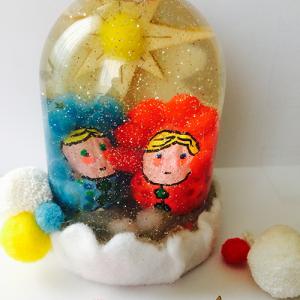 Esprit récup, couleurs et paillettes pour ce globe à neige personnalisé.