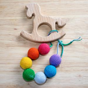 Les hochets que l'on trouve dans le commerce sont spécialement étudiés pour répondre aux modes de jeux du jeune enfant, mais ne vous limitez pas à ces seuls jouets. La maison est remplie d'objets pouv