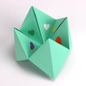 Comment réaliser une cocotte en papier ? Vous trouverez ici une explication pas à pas afin de réaliser une cocotte en papier pour les enfants. C'est un jeu simple à faire et très drôle. Vous trouverez des images et une vidéo explicative de comment réalise