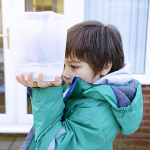 Activité de découverte pour fabriquer un pluviomètre très simple pour observer la pluie avec les jeunes enfants de moins de 6 ans. Une activité pour partir à la découverte des ph
