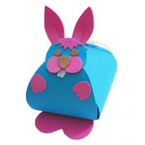 Pochette  surprise en forme de lapin  , boite pour bonbons et chocolats de Pâques. La pochette surprise lapin de Pâques est réalisée avec des feuilles « mousse » . Une idée de bricolage de Pâques.