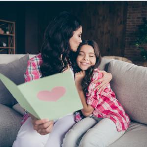 Vous cherchez un poème de Fête des mères à imprimer ou à apprendre pour le réciter à maman le jour de sa fête ? Découvrez sans plus attendre notre sélection adaptée aux enfants.
