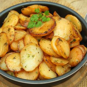 La recette des pommes salardaises est un classique de la cuisine régionale. Les pommes salardaises se cuisinent en principe à la graisse de canard ou au saindoux (graisse de porc) mais dans l'alimentation moderne qui recherche plus d