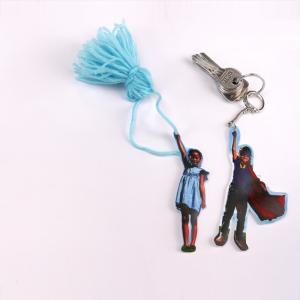 activité de bricolage enfants pour réaliser un porte-clef rigolo en plastique fou