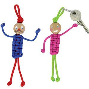 tuto pour bricoler avec les enfants des petits bonhomme porte-clés en paracorde