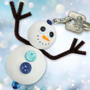 Avec ce bricolage facile, les enfants vont fabriquer un porte-clés bonhomme de neige qui les accompagnera tout l'hiver !  Pour cela, nous utiliserons du matériel simple : perles en bois, peinture, boutons, chenilles...
