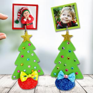 Pour Noël nous allons fabriquer des sapins trop mignons qui vous permettront d'accrocher vos plus jolies photos de famille ! Ces jolis sapins pourront également être utilisés comme des marque-places pour les repas de fêtes.  Une activité créa