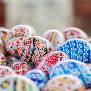 Dans la majorité des pays d'Europe (Suède, Finlande, Danemark, Pologne, Lituanie, Estonie ...) on peint et on décore les oeufs de Pâques. Dans certains pays, comme en Russie ou en Pologne la décoration