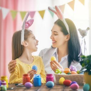 Paques en france est une fête très appréciée par les enfants. Paques une fête traditionnelle et très populaire en france. Les enfants adorent la chasse aux oeufs, aux lapins, aux cloches, aux poules, aux poussins de paques. Découvrez les traditions de paq