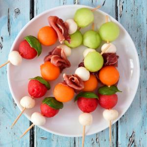Brochettes d'été avec du melon pastèque concombre et fromage mozzarella ou feta. Une recette simple et délicieuse parfaite pour l'été.