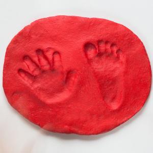 Presse papier en argile rÈalisÈ avec l'empreinte de main ou de pied de l'enfant.