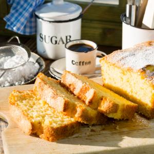 Le quatre quarts est un gâteau qui composé à parts égales de farine, oeufs, sucre et beurre. L'élément de mesure est le poids des oeufs. Ce gâteau classique se conserve tr&egra