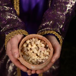 Qu'est-ce que la myrrhe? Le cadeau des rois mages que les enfants ont parfois du mal à comprendre. Pour l'Epiphanie, chaque Roi Mage a amené un cadeau à l'enfant Jesus. La myrrhe a ainsi été apportée par Balthazar.