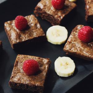 Une nouvelle recette de brownies à cuisiner pour les délicieux goûters à l'américaine. Cette recette de brownies est réalisé avec de noix décortiquées. Quel