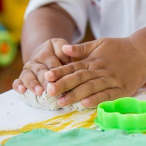 Recette de la pâte à modeler envoyée par Chrystel. Recette à lire pour fabriquer sa propre pâte à modeler.Recette de la pâte à modeler, à imprimer,lire et r&am