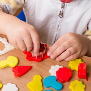 Simple et économique, la pâte autodurcissante est une activité que vous pouvez proposer à vos enfants dès 2 ans. Retrouvez la véritable recette de la pâte autodurcissante et toutes les infos sur l'activité.