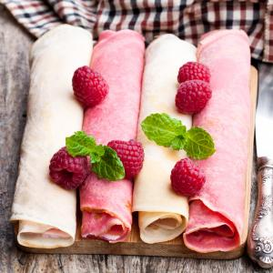 Découvrez la recette des crêpes roses sans colorant artificiel qui vous permettra de créer des crêpes naturellement roses. Elles sont délicieuses et la recette est healthy ce qui donne une raison de plus de craquer pour ces crêpes !
